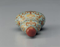 Porcelain gourd-shaped snuff bottle with intertwined floral design in famille rose