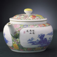 Teapot in fa-lang-cai enamels with decoration of a blue landscape