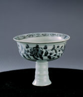 Stempcup with chrysanthemum scroll design and poetic inscription in underglaze blue
